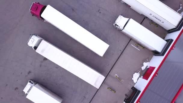 Dopravní kamionu couvání na nákladovou rampou. Letecký snímek. DRONY