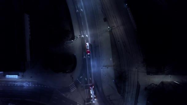 Hasiči auta na silnici v noci. Fire truck posádky. Letecký