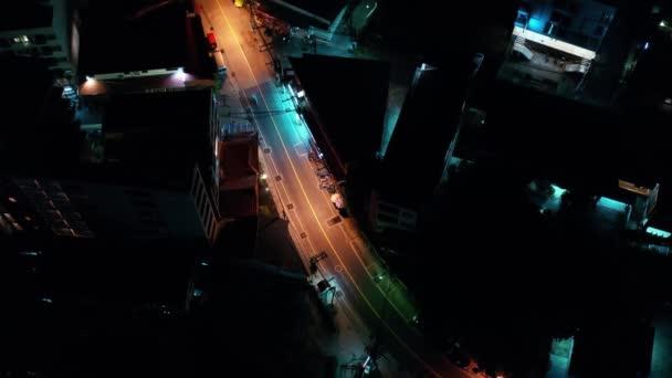 Letecká noc osvětlené město pohled Pathong Thajsko silnice.Traffic letecké panorama. Klip. Jasná světla nočního města. Skútr