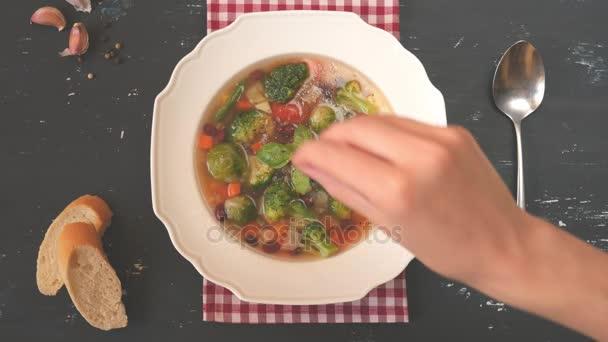 Zenske ruky soli zeleninová italská polévka minestrone