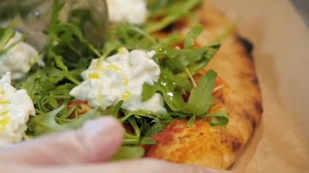 Kuchař řezání Italská pizza s jahodová