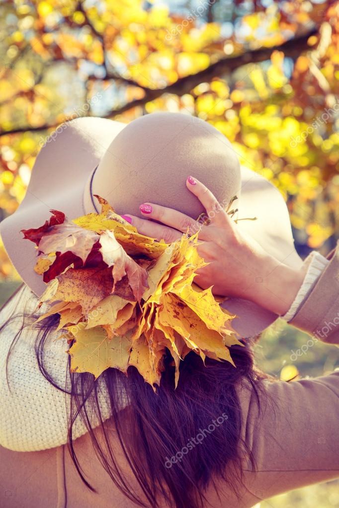 9435dbcd910 Женщина в Осенний парк. Вид со спины– Стоковое изображение