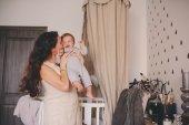 Fotografie glückliche Mutter und Baby Sohn zusammen spielen zu Hause, Mama halten und küssen ihre 11 Monate alten Jungen, gemütlichen Lebensstil