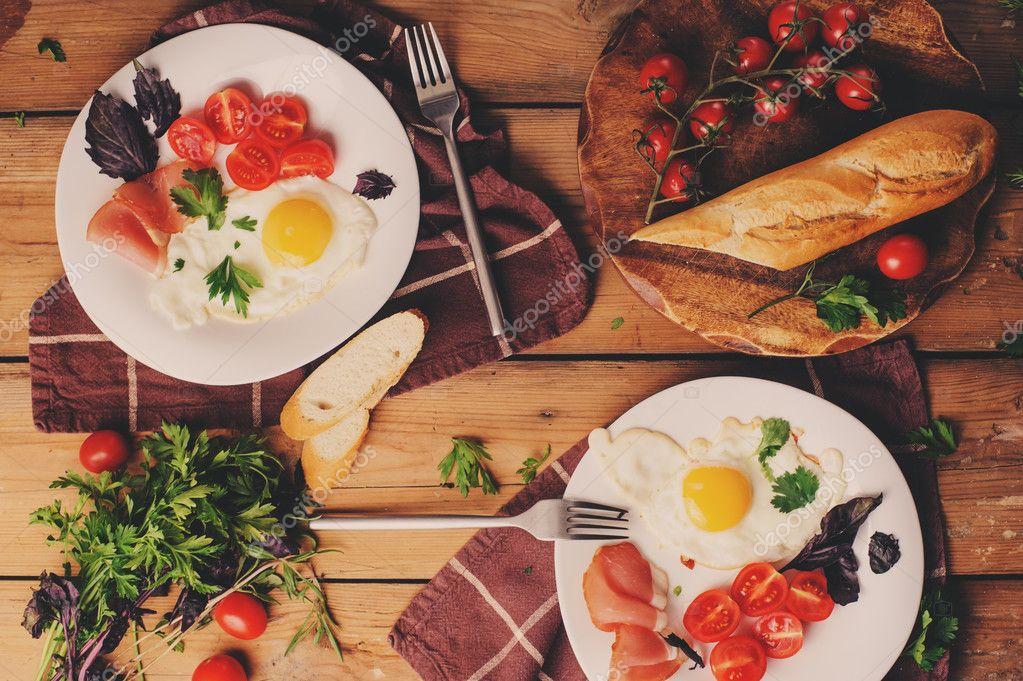 Vista Superior De Huevos Fritos Con Tomate Albahaca Y Prosciutto