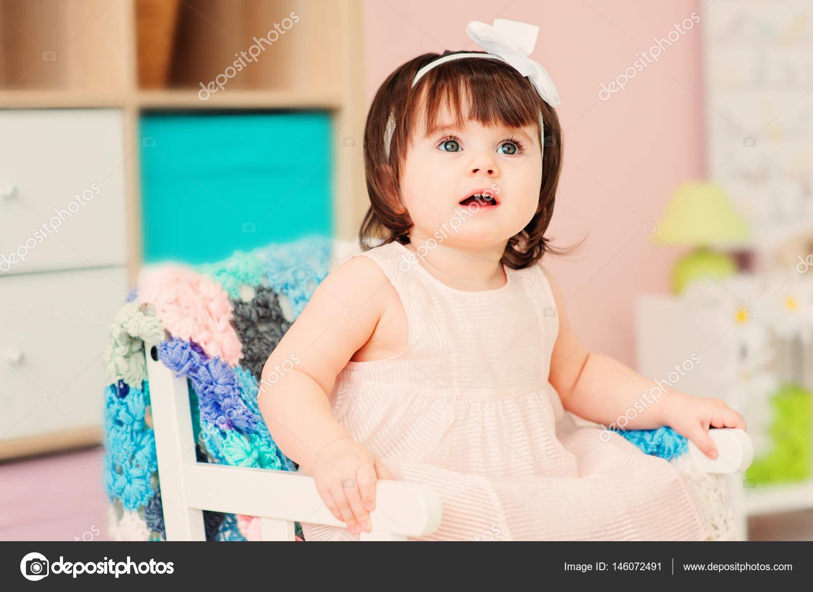 niedliche glücklich 1 Jahr alten Baby Mädchen spielen mit ...
