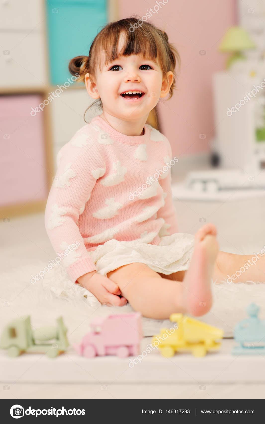 niedliche gl cklich 2 jahre alt m dchen spielen mit spielzeug zu hause moderne kinderzimmer. Black Bedroom Furniture Sets. Home Design Ideas