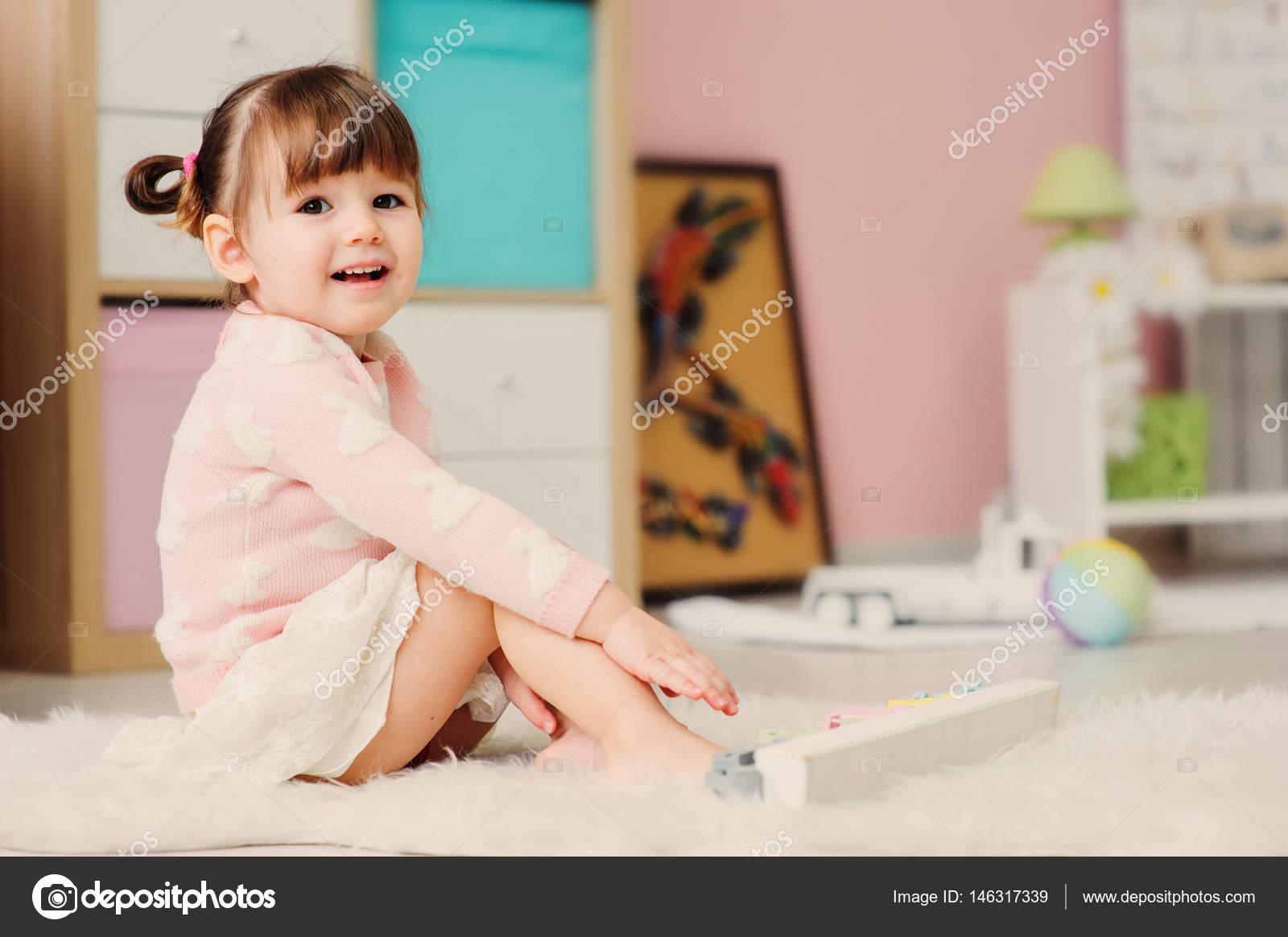 Menina De Bebê Bonitinho Feliz 2 Anos De Idade Brincando