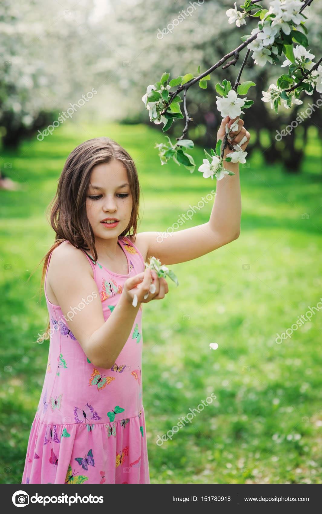 primavera closeup al aire libre retrato de 11 años adorable niño ...