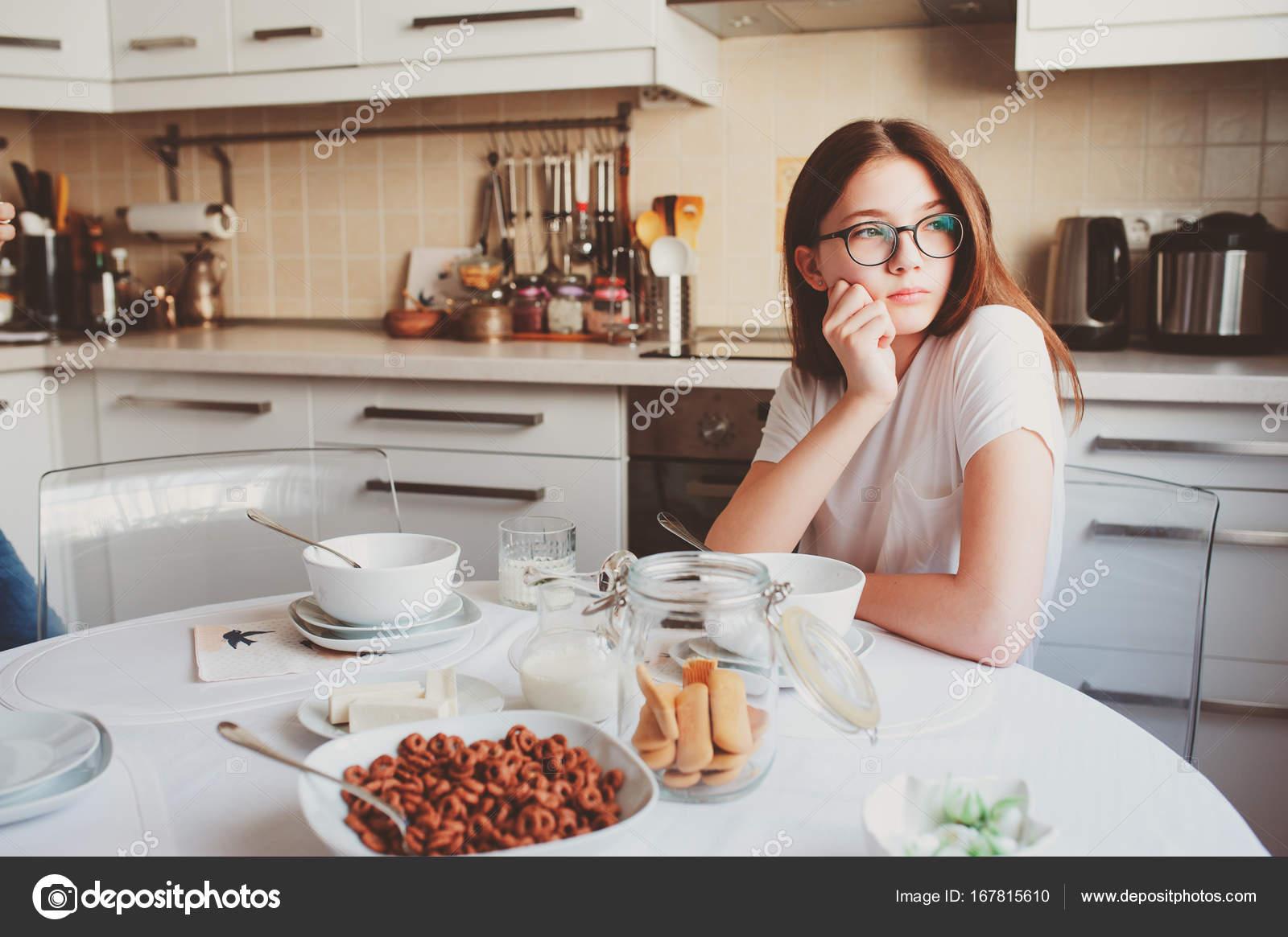 Teen girl fare colazione a casa nell 39 accogliente cucina for Piani colazione