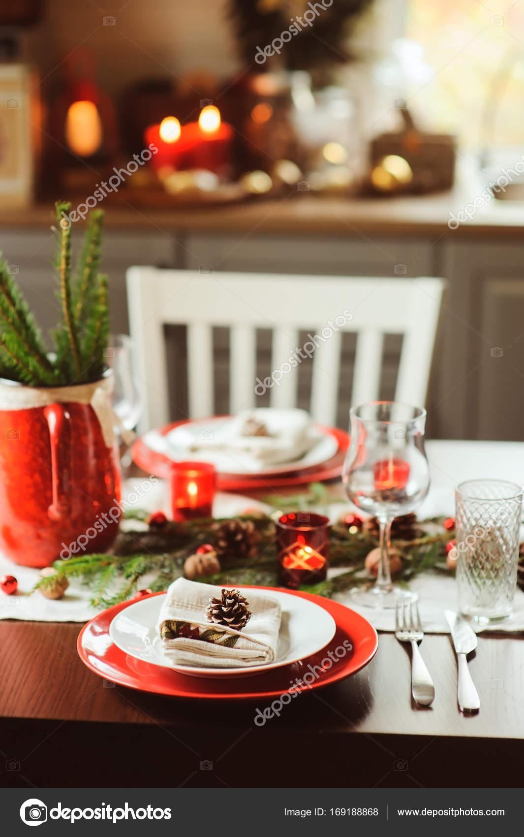 Tischdekoration für die Feier von Weihnachten und Neujahr. Festlich ...