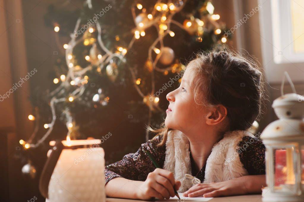 Fille enfant crivant la lettre au p re no l la maison - Noel fille 8 ans ...