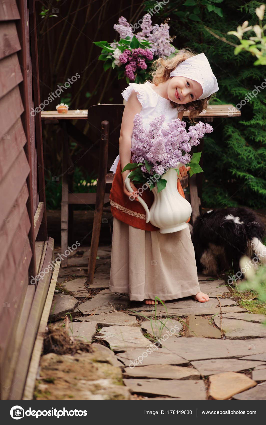 Kid Mädchen Auf Tee Gartenparty Frühling Mit Bouquet Von Flieder ...