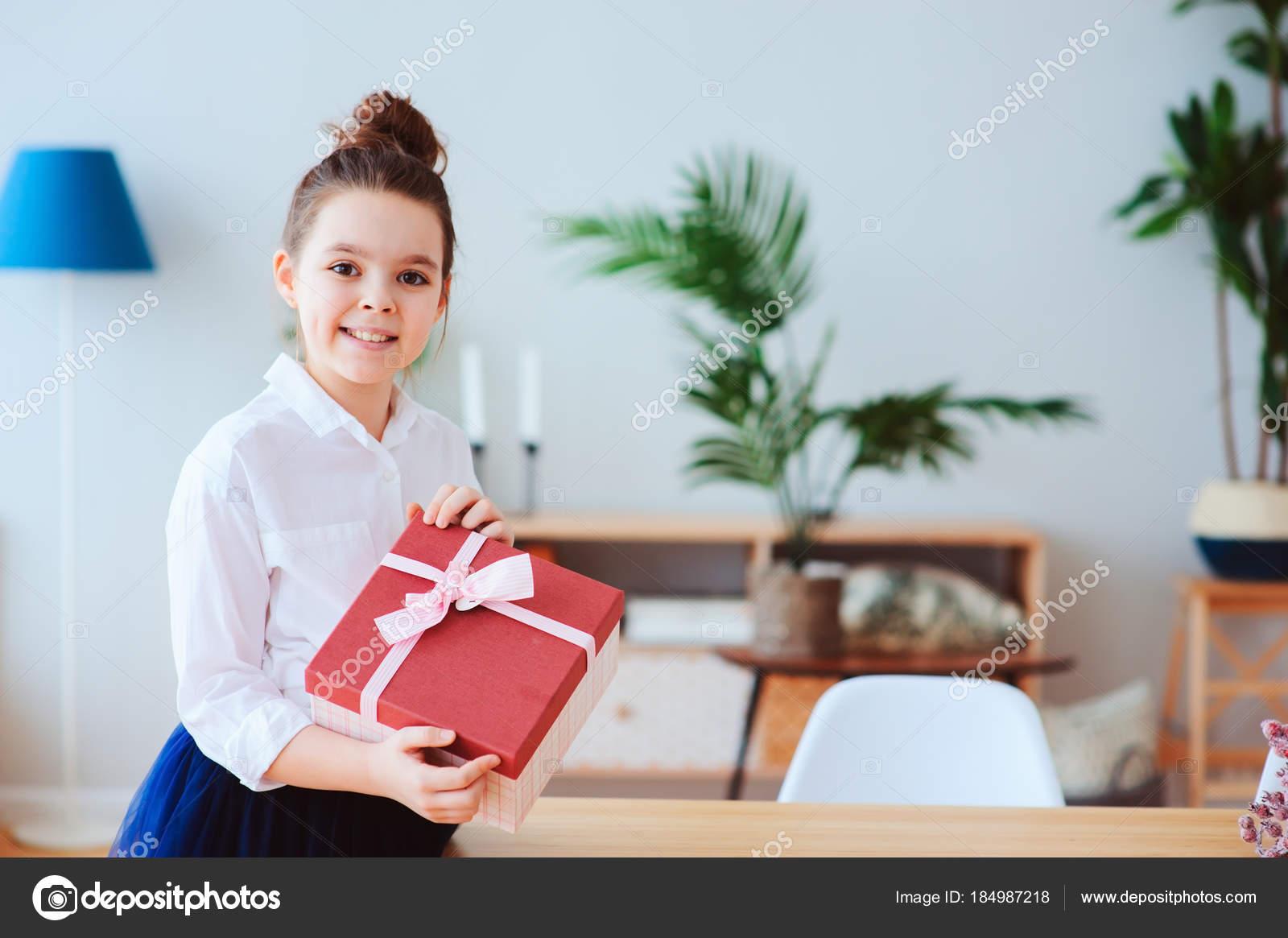 Gelukkig Kind Meisje Met Gift Voor Verjaardag Dames Dag Poseren