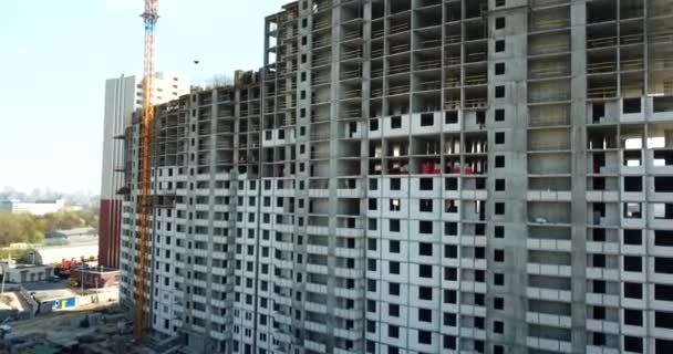 Drohne Luftaufnahme eines im Bau befindlichen Wohnhochhauses. Baukräne beim Bau neuer Mehrfamilienhäuser.