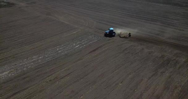 Traktor orá černé pole, připravuje půdu k setí. ariel drone view