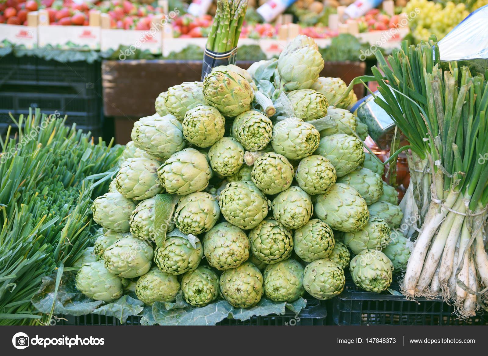 Unas alcachofas en un mercado callejero en una ciudad mediterránea ...
