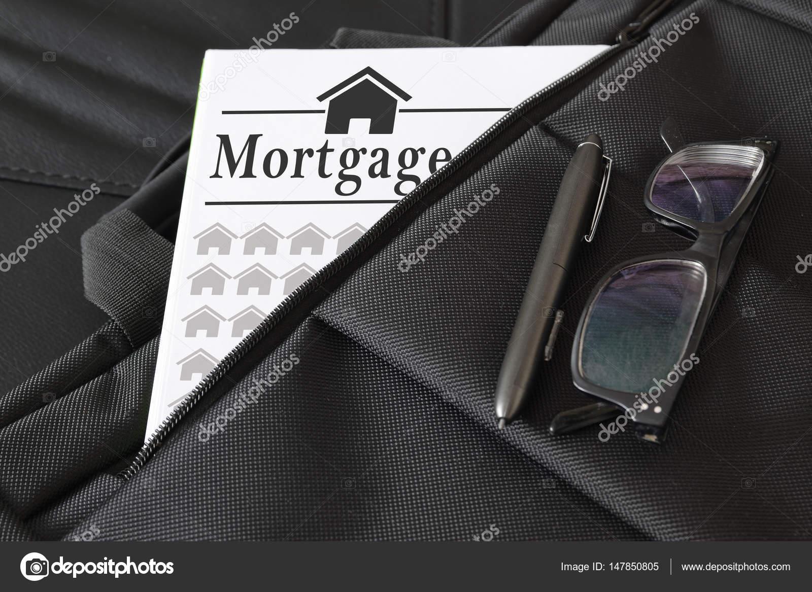 Aktentasche, einige Hypotheken-Darlehen-Dokument enthält. Leere ...