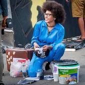 ukraine, nikolaev, 24.06.2017: festival of graffiti gewidmet dem tag der jugend. der zentrale Platz der Stadt. junge schöne afrikanisch-amerikanische Mädchen Sandra Sambo bereitet sich auf Graffiti zeichnen.