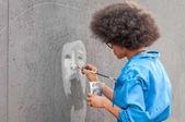ukraine, nikolaev, 24.06.17: festival of graffiti gewidmet dem tag der jugend. der zentrale Platz der Stadt. junge schöne afrikanisch-amerikanische Mädchen Sandra Sambo zeichnet Graffiti.
