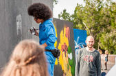 ukraine, nikolaev, 24.06.2017: festival of graffiti gewidmet dem tag der jugend. der zentrale Platz der Stadt. junge schöne afrikanisch-amerikanische Mädchen Sandra Sambo zeichnet Graffiti.