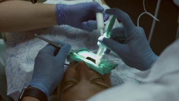 Női beteg fogorvos és asszisztens