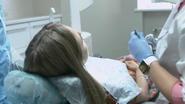 Видео девушка на осмотре у врача