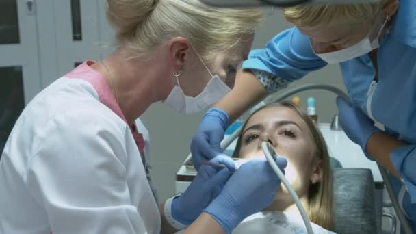 Patient zur Vorsorgeuntersuchung beim Zahnarzt mit Sonde und Spiegel