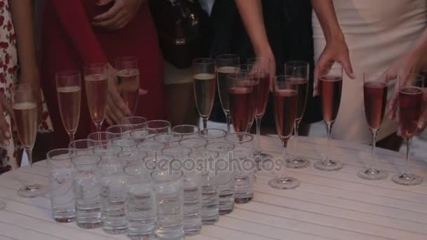Krásné modely pít šampaňské ze sklenice v restauraci