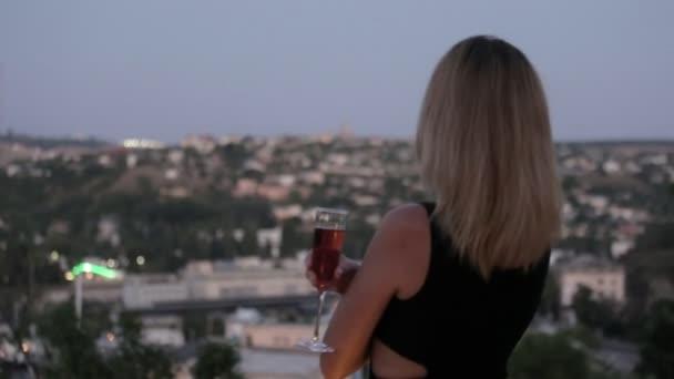 Черное платье на блондинке со спины фото