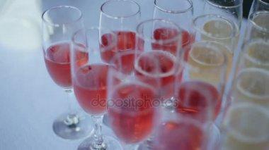 Champagne nalijte do sklenice stojí na stole na hostině