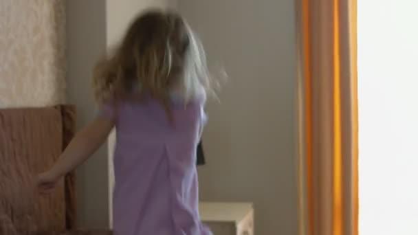 Šťastné děti, skákání na posteli a baví