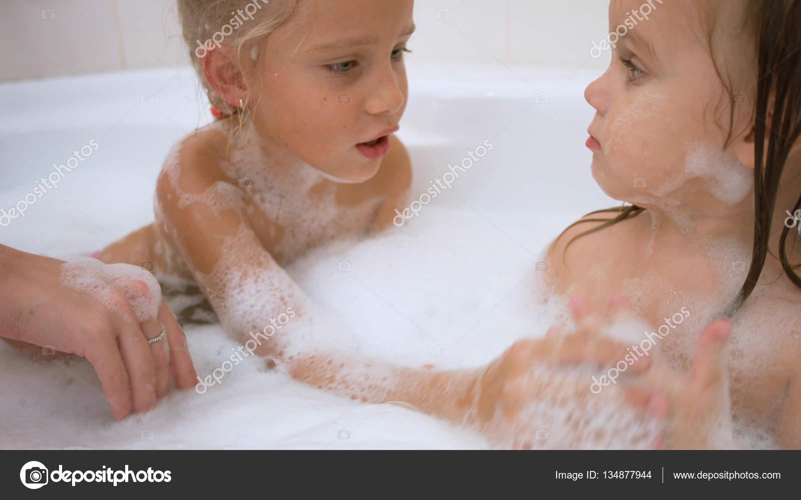 Сосёт в ванной сестра
