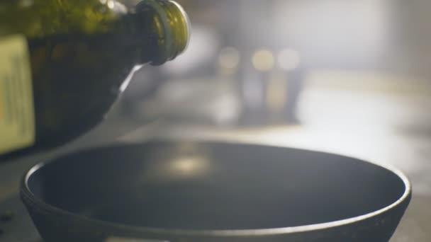 Nalitím olivový olej na pánev, pomalý pohyb
