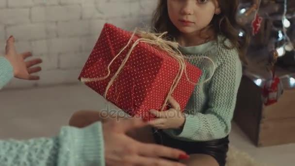 Matka a dcera výměna dárků