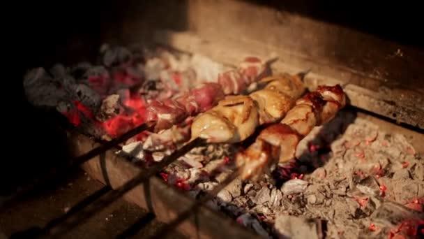 Proces vaření ražniči na uhlí na grilu