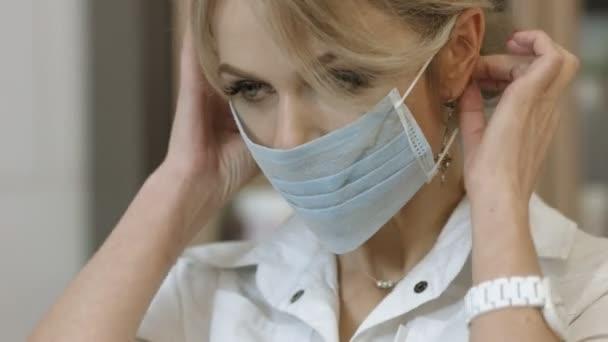 Kozmetikus szakmai ruhák eldobható maszk és kesztyű előtt az eljárás