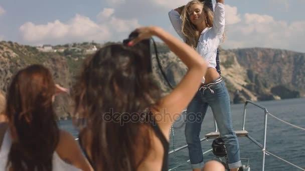 Mladé dívky obrázek na jachtě