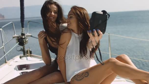 Mladé krásné dívky selfie na luxusní jachtě