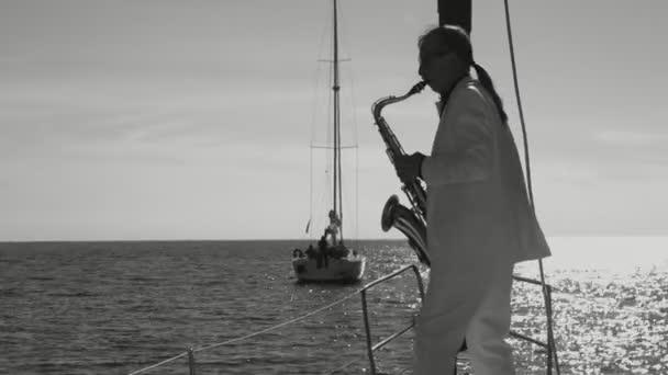 Silueta hudebník mistrovsky hrál saxofon