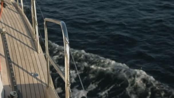Boční pohled na jachtě, jachting v otevřeném moři