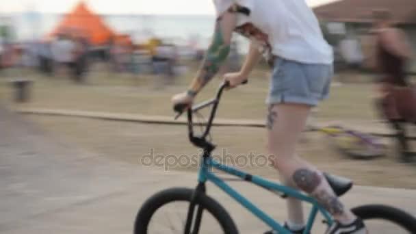 Riders de BMX pratiquent des cascades aériennes extrêmes sur le vélo à la  rampe. BMX