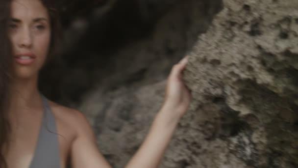 Szexi fiatal nő pózol a rock, a trópusokon a Kajiba fürdőruha