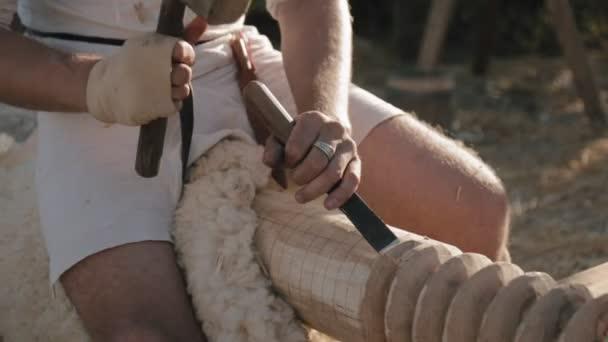 Detail z rukou tesařů s sekáč