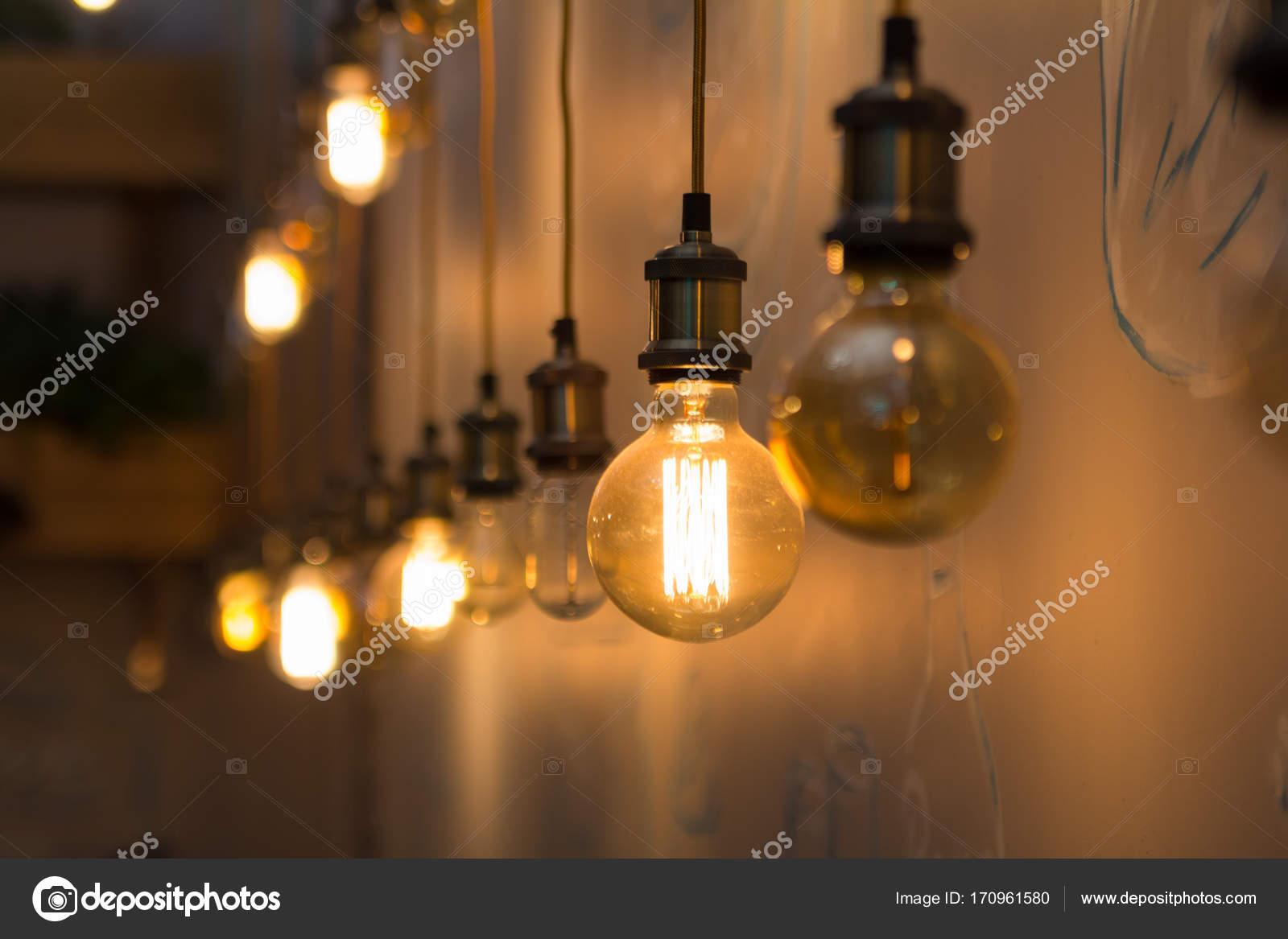 vintage stijl lampen in interieur van restaurant stockfoto