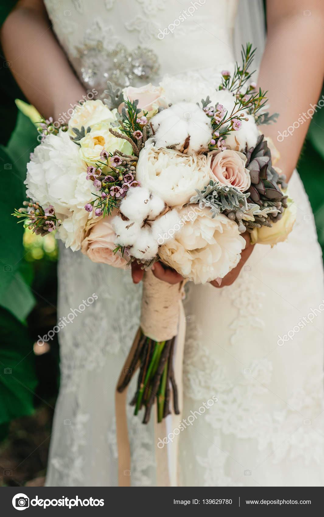 la mari e tenant un bouquet fleurs de mariage flou. Black Bedroom Furniture Sets. Home Design Ideas