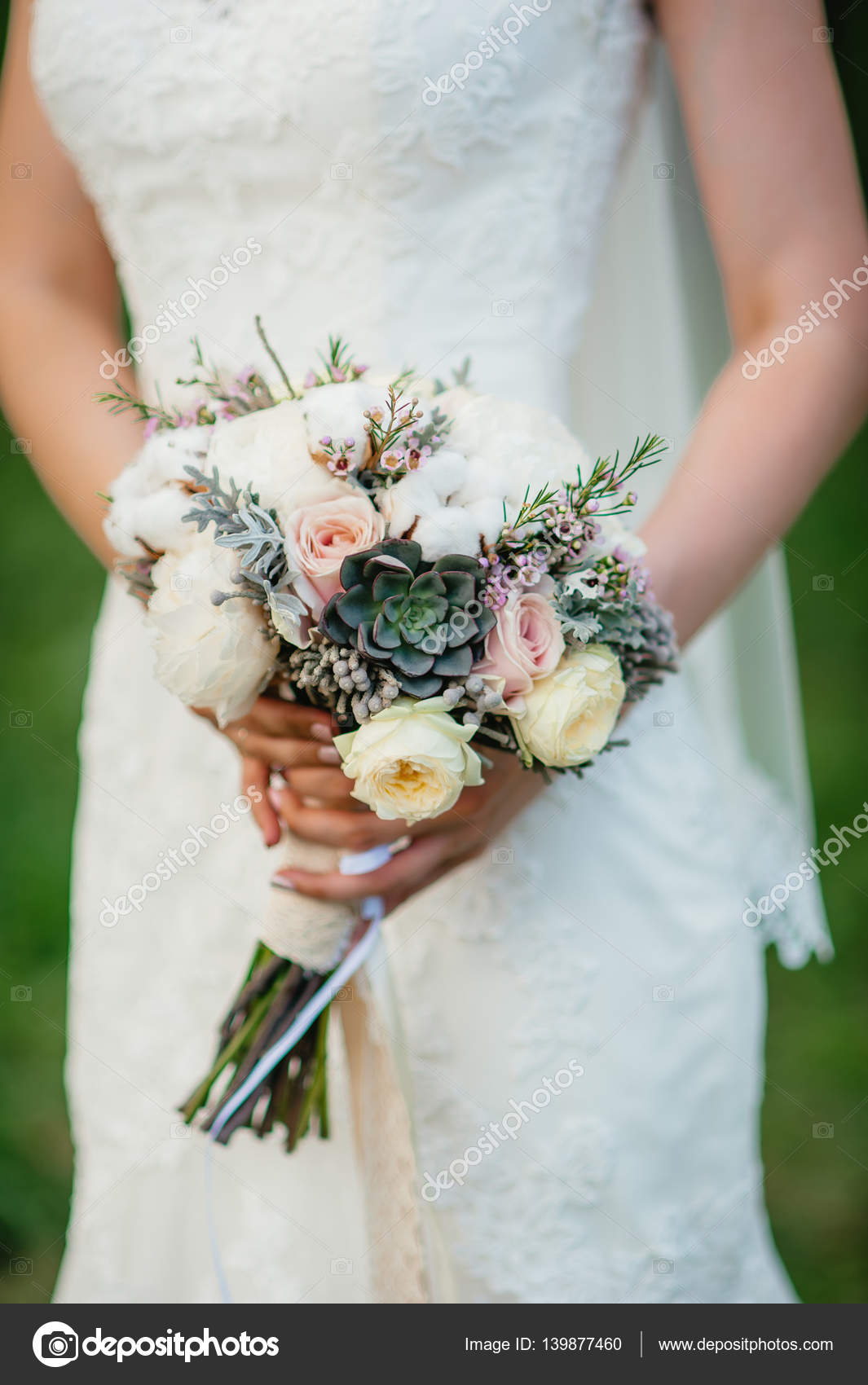 La Mariee Tenant Un Bouquet Fleurs De Mariage Flou Artistique