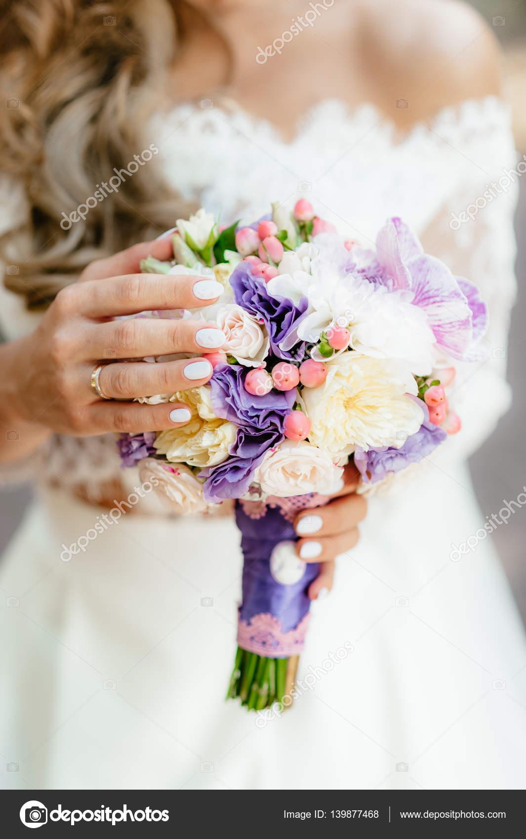 Die Braut Halt Einen Lila Blumenstrauss Hochzeitsblumen Soft Fokus