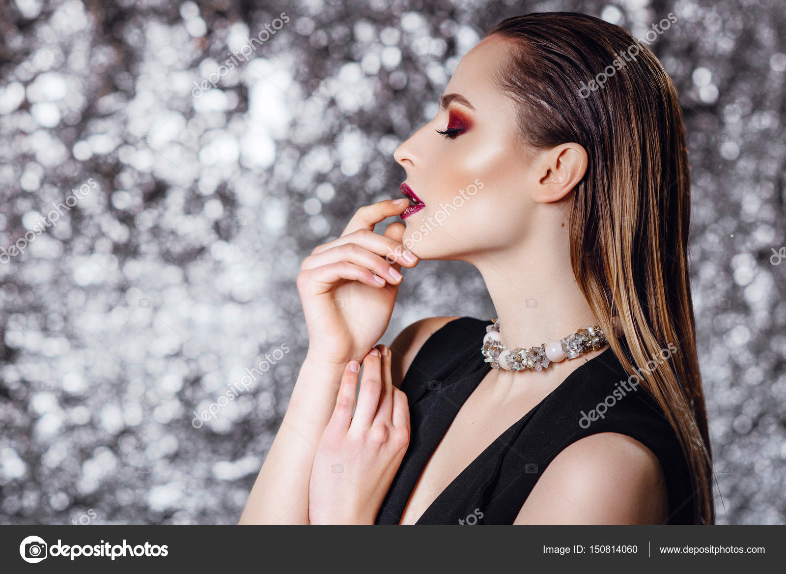 Porträt eines schönen Mädchens mit nassen Haaren und lila Make-up ...