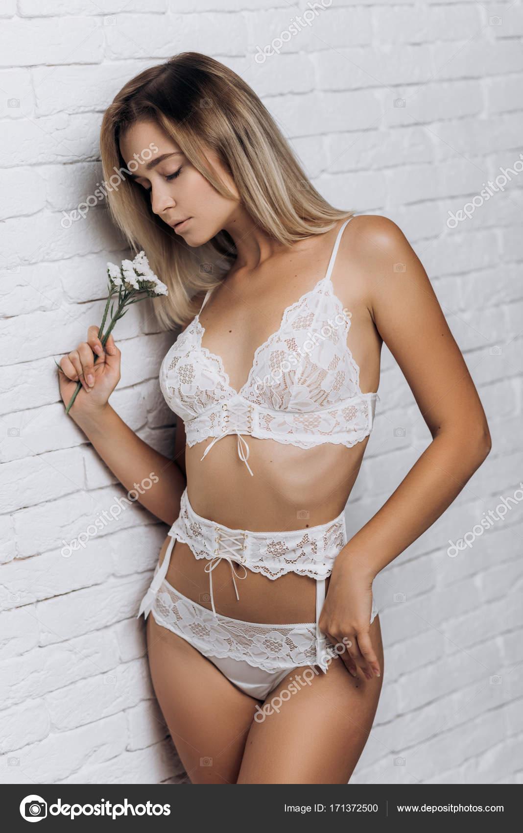 637ea9d5a22 Mujer sexy en ropa interior posando. Hermosa chica en lencería de novia -  imágenes: ropa íntima para una noche romántica — Foto de Alex_Shifer