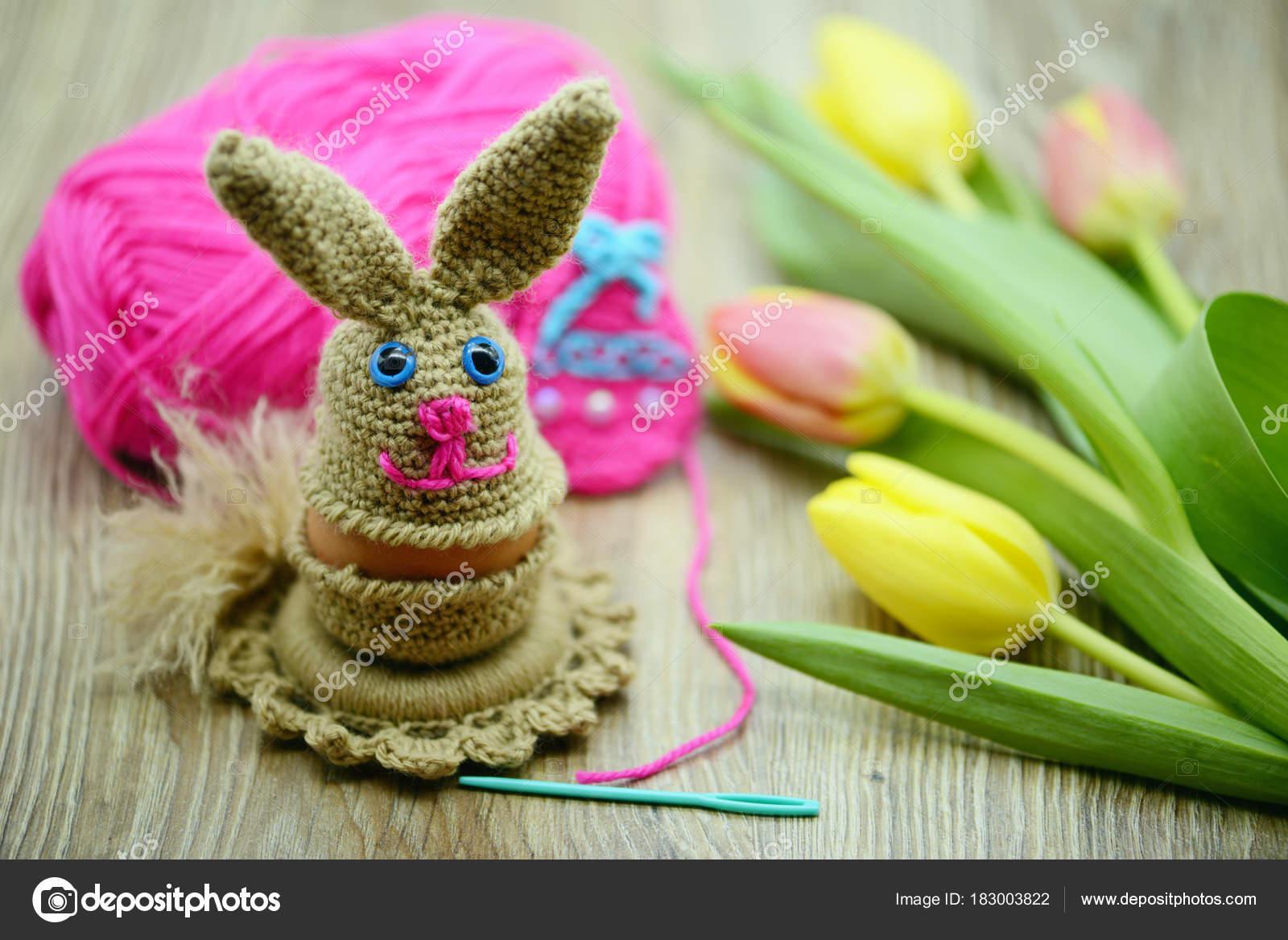 Häkeln Sie Ostern Hase Eierbecher Aus Wolle Stockfoto Lcrms7